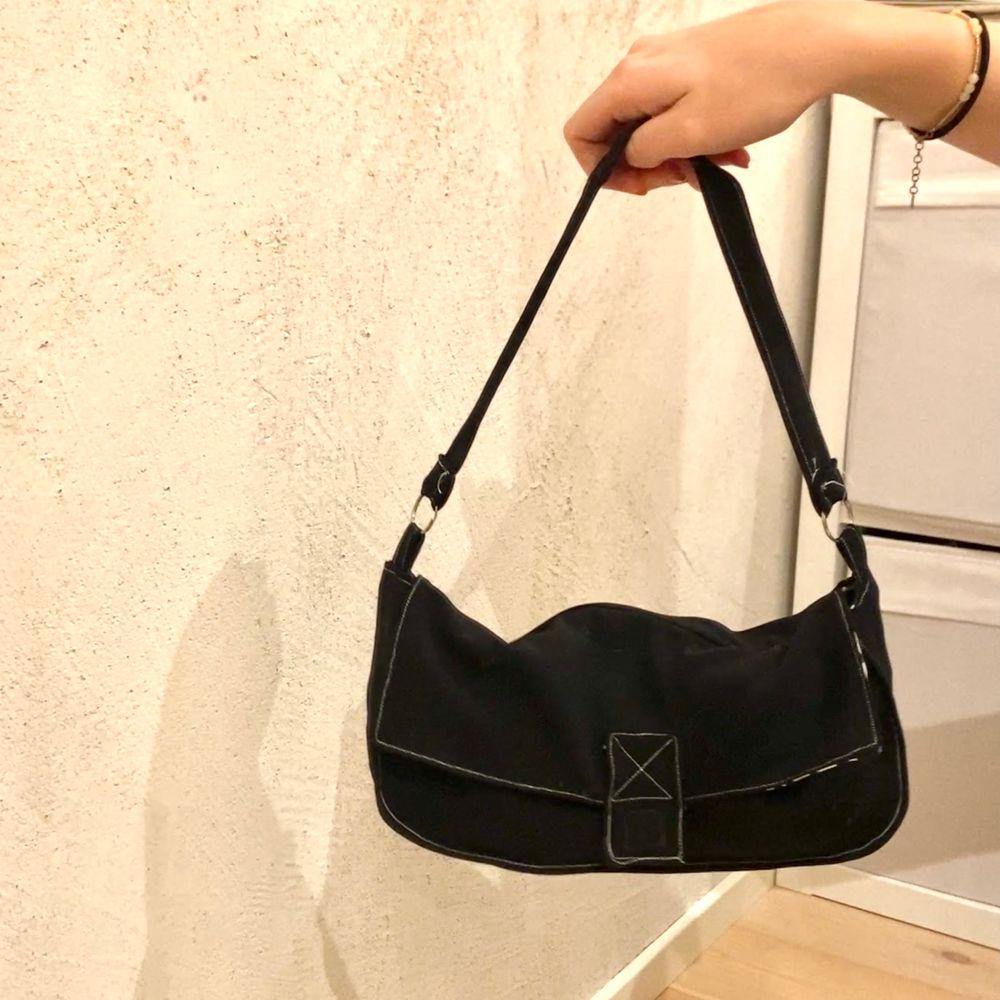 """Handväska jag sytt själv inspirerad av Fendis """"Baguette bag""""🌸 Är reversible, så ser likadan ut på båda sidor🥰 kan även sy upp i andra färger om nån är intresserad . Väskor."""