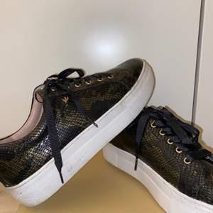 Jag säljer mina skor från K.COBLER. De har orm mönster och är svarta med lite guld fläckar! Storlek 38 har bara använt dom en gång!💓 köparen står för frakten.