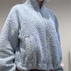 Teddy hoodie från bikbok. Super mjuk och använd 5-6 gånger. Fint skick.