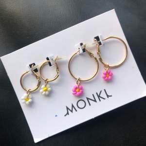 (Bara de rosa kvar) Super fina trendiga örhängen med blomdetalj. Örhängena är aldrig använda och har kvar sin plombering! 11 kr frakt:).     Ett par för 35kr.