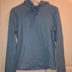 Ljusblå hoodie från crocker, sparsamt använd. Färgen är ljusblå och inte riktigt samma som på bild.
