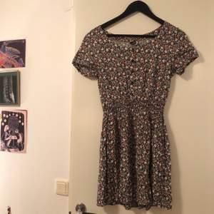Somrig fin vacker blommig klänning, köpt second hand men ursprungligen från hm
