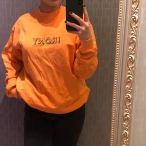 Härlig orange sweatshirt från carlings med mörkgrönt tryck. Säljer pga den inte kommer till användning. Storlek S.