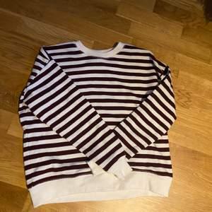 sweatshirt från Pull & Bear i storlek XS. Aldrig använd, köparen står för frakten💞💞