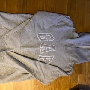 En fin GAP hoodie från GAP i storlek S. Super skön men ändå fin är den verkligen men kommer aldrig till användning tyvärr💞💞 köparen står för frakten