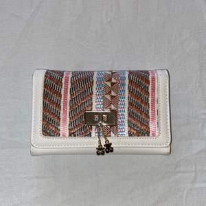 Mönstrad plånbok med många olika fack