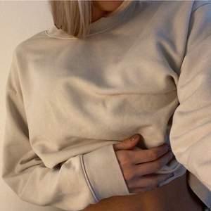 Oanvänd tröja från weekday i en fin beige färg. Jättemysigt material💕 Kan mötas upp, annars står köparen för frakt