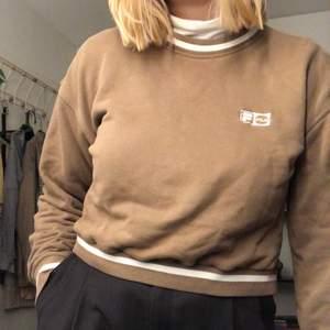 """Mysig sweatshirt från Fila! Färgen är lite """"mushroom""""-brun🦥🦥 köpt på secondhand. Köparen står för frakt:)"""