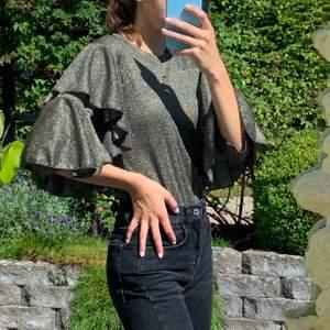 Super fin guld-glittrig tröja perfekt till nyår. Endast använd 1 gång, inköpt för 600kr. Storlek XS men passar på S. Säljer för 250kr +63kr spårbar frakt🌸🌸