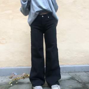 Baggy wide leg jeans från junkyard. Storlek 29 i midja o passar S och M (passar på någon mellan 165-172 typ. Sitter olika beroende på hur stora lår man har. Inte så jätteanvända, tvättade 1 gång i maskin. Skick 8/10, skriv för mer bilder o info