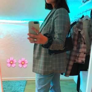 blazern använd max två gånger, kjolen aldrig använd! Köpte hela settet på lindex för 1000kr, säljer blazern för 150, eller om man vill ha kjolen med blir det 200! passar bra till utklädnad <3 blazern är i strl 42 (väldigt liten i storleken) jag är en M på bilden, och kjolen är i M