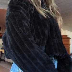 Tröjan är superskön och perfekt nu till vintern men tyvärr förstor för mig! Som ni kan se på bilderna sitter är den väldigt pösig och är förlång i armarna för mig. Jag är 155cm lång så den passar nog bäst till någon som är längre än mig! På bilderna har jag stoppat in tröjan lite i byxorna men den är i ganska kort modell. Den är köpt på Zara och är i storlek S.