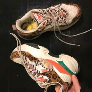 Snygga sneakers storlek 38 från Buffalo London. Sparsamt använda men de har tyvärr skavts bort lite färg på insidan, se bild 3.
