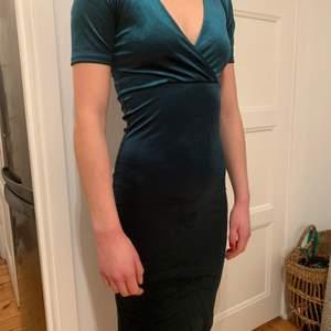 Åtsittande grön sammetsklänning. Storlek S, passar nog xs också. Använd vid ett tillfälle.
