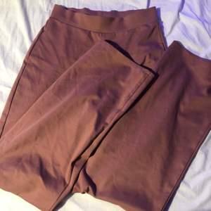 Fina rosa byxor som är sköna i materialet, bra skick. Frakt 63kr