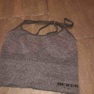 Säljer mitt BB linne i storlek M pga att den aldrig kommer till användning. Den är väldigt liten i storleken så skulle säga att den mer är som en S