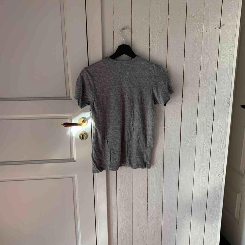 Grå t-shirt. T-shirts.