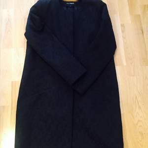 Svart  jacka/kappa med fint mönster i stl M helt oanvänd. Säljes för 300kr+frakt.