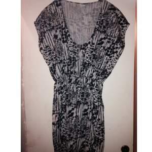 Klänningen är knappt använd!