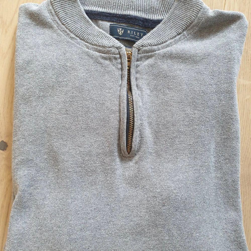 Säljer en snygg tröja från Riley i strl L jättebra skick kommer från djur- och rökfritt hem samfraktar  . Tröjor & Koftor.