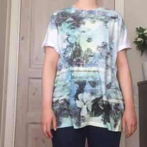 Mjuk T-shirt med fint tryckt tyg som inte används längre. Ganska väl använd men hel and still going strong. Strlk XL men har använt som oversized/tshirtklänning