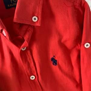2st Ralph lauren skjortor  1 Gant pike  alla passar barn mellan 1 till 2 år. Knappt använda mycket fint skick  Gant är äkta. RL skjortor inte men är mycket snygga. Säljes paket 450kr kan frakta också spårbar 63kr