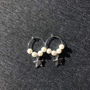 Handgjorda oanvända ringörhängen med pärlor och två olika typer av stjärnor🌟🌟 60kr inklusive frakt💞