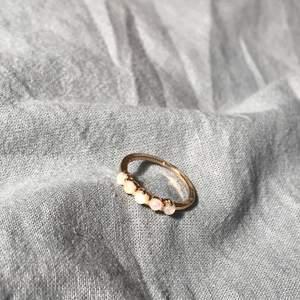 Guldig ring med 5 små stenar på rad. Köparen betalar frakt❣️