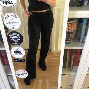 Svarta kostymbyxor från Stockholm LM! Medelhögmidja och rak modell i storlek 36! Jag är 166cm lång och dessa är lite för långa för mig! Bär ofta storlek 36/38 i byxor och dessa passar bra! Kommer från ett djur och rökfritt hem! Köpare står för frakt❤️