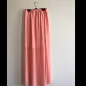 """Långkjol i härlig mjuk rosa färg Underkjol av lite tjockare tyg så det inte """"lyser igenom"""" 😆  Oklart vart den är ifrån, finns ingen tagg eller märke. Tror jag själv köpt den på second hand någonstans"""