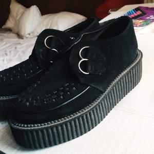 Original Creepers från Sko Uno.  Jag köpte dessa 2013 på Sko Uno för 1,299 kr vilket dom fortfarande kostar att köpa där. Använda tre gånger.  Älskar dessa skor men dom är dessvärre mycket för små för mig.  Storleken är små 37or, skulle säga 36,5.