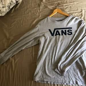 Inte använd många gånger, men råkade ut för en liten olycka och blev ett litet jack längst ner där bak på tröjan som är lätt att dölja, och därför jag säljer den för 145kr.  Frakten inkluderad i priset.