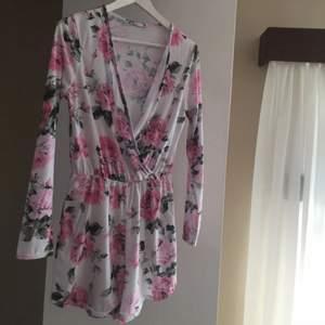 Superfin jumpsuit med rosor köpt från Nelly trend! Perfekt till sommaren! Endast använd 1 gång då jag inte haft tillfälle att ha på mig den. Frakt står du för :)