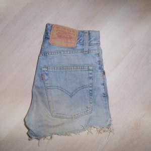 Ljusa Levis shorts med hög midja från T-shirtstore. Fint skick 🌿
