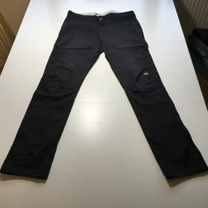 Dickies double knee skinny straight. Smala byxor med dubbelt lager tyg på knäna. Väldigt skönt material.