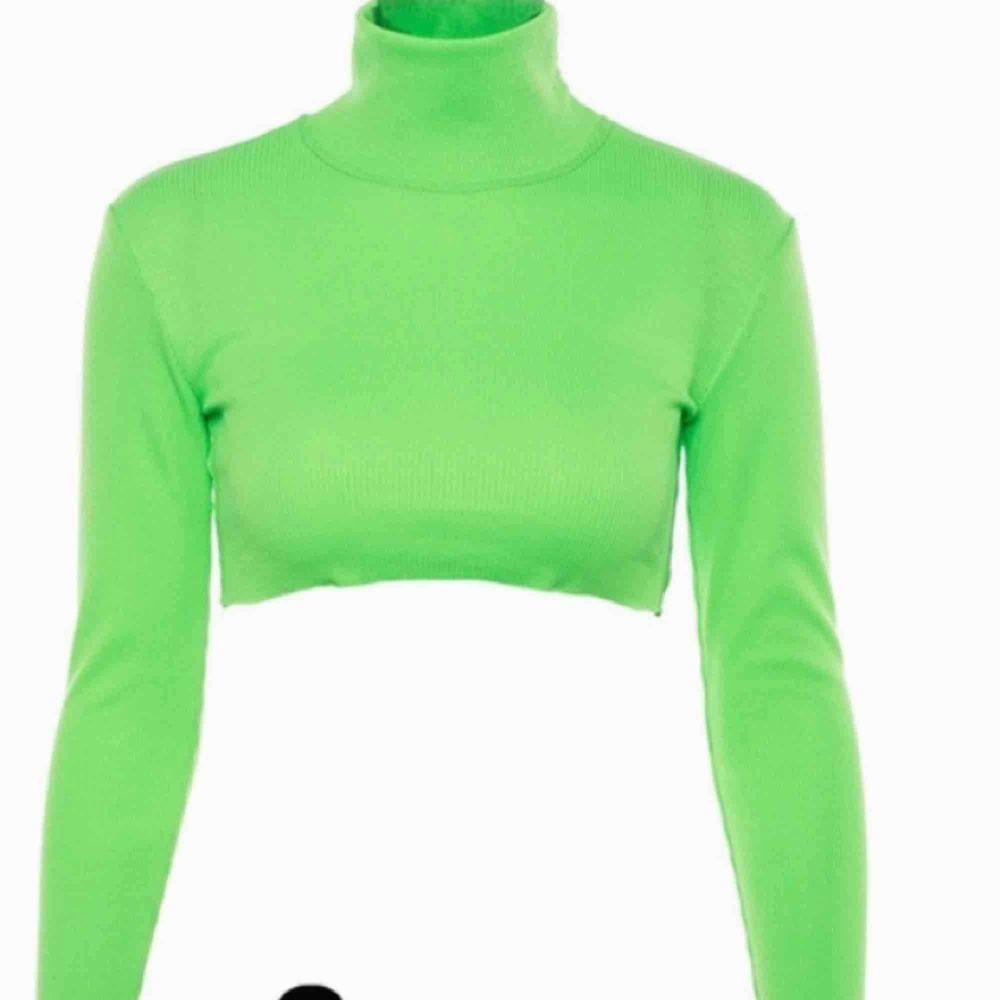 Ribbed Neon Green Crop Top. Aldrig använd! 💚🔫🎾   🚫KONTAKTA MIG FÖF BILDER TAGNA AV MIG (gäller alla plagg). Toppar.