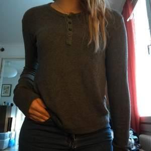 Långärmad tröja från brandy melville. Den har knappar vid urringningen och är väldigt elastisk! Så passar både S och M, kanske L.