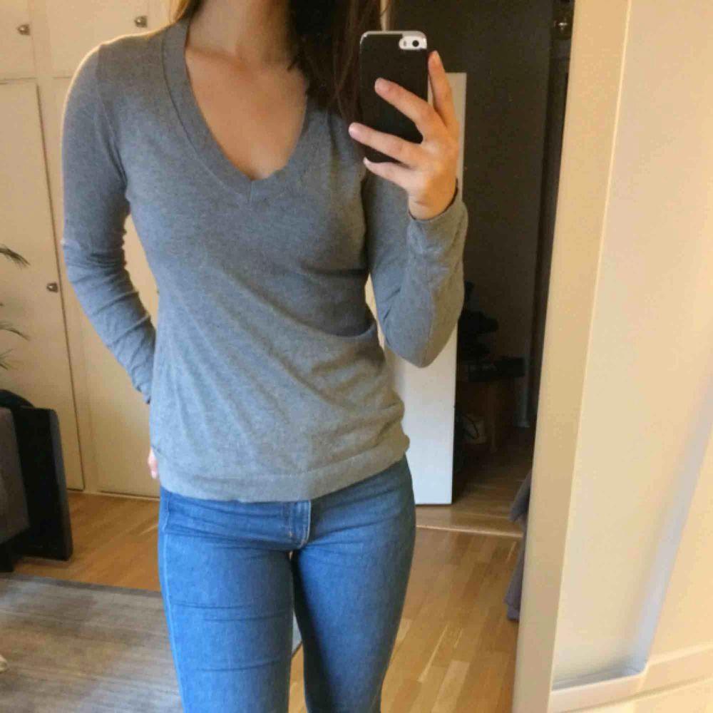Grå mysig tröja från Calvin Klein. 95% cotton 5% cashmere. Varsamt använd!. Stickat.