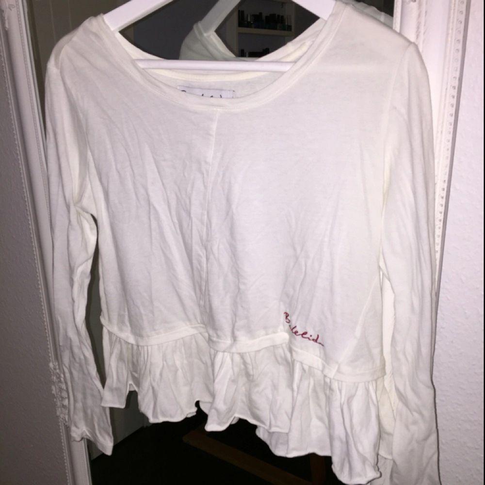 Vit tröja från Bondelid i storlek S, aldrig använd. Skjortor.