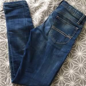 Två par jeans från Tommy Hilfiger.  26/30 i båda, det ena paret är