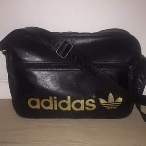 Adidas väska: 100kr