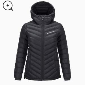Säljer min väldigt sparsamt använda peak-jacka då jag köpte fel storlek, därav priset eftersom den är nyinköpt. Kan även tänka mig att byta den mot en S