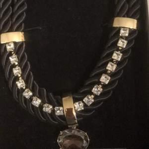 Köpte halsbandet från Dyberg Kern för 3 år sedan som jag använt ett fåtal gånger. Nypris 2000kr. Frakt ingår ej.