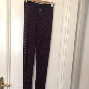 Endast använda en gång. Mönstrade, transparenta byxor/leggings från Whyred.