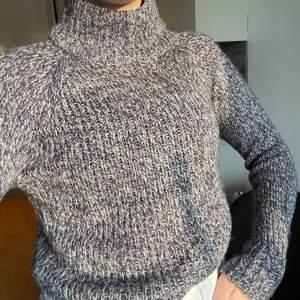 Jättefin blå polostickad tröja från Vero Moda!! Den är i bra skick, säljer på grund av att den tyvärr inte kommer till användning🥰 köparen står för frakt