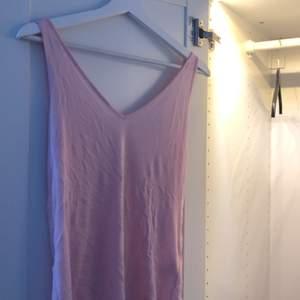 Luftigt och somrigt ljusrosa linne från & Other stories. Har använts över bikinin med ett par shorts för att det är så luftigt och det känns som att man knappt har något på. Säljer för att jag rensar garderoben och har för många linnen. 🌟