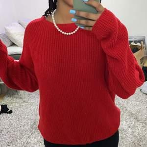En röd stickad tröja med urringning bak ifrån Na-kd. Helt fel fri! 💞💞
