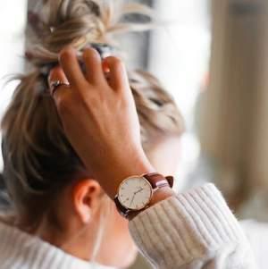 Säljer min Daniel Wellington klocka i roséguld som är som i nyskick. Det ingår en låda, ett extra klockarmband och verktyg för att byta band på klockan! Originalpris: 1699