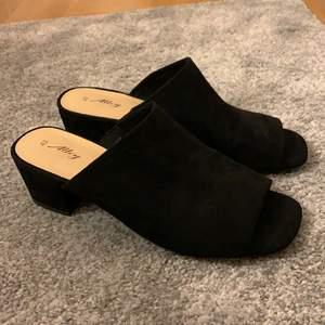 Säljer dessa skor med klack. Dom är helt oanvända och är i storlek 40. Köparen står för frakten🦋