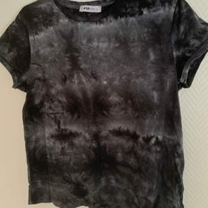 Säljer en tröja med batik mönster på. Storlek L. Färgerna är grå, svart och vit. Hör av vid intresse. Köparen står för frakten🥰💞